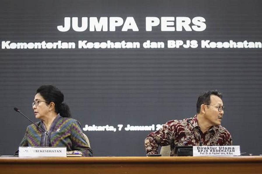 Menteri Kesehatan Nila Moeloek (kiri) bersama Dirut BPJS Kesehatan Fachmi Idris (kanan) bersiap menyampaikan keterangan pers di kantor Kementerian Kesehatan, Jakarta, Senin (7/1/2019). Kementerian Kesehatan dan BPJS Kesehatan menyepakati perpanjangan kerja sama dengan rumah sakit yang belum terakreditasi hingga Juni 2019 agar tetap dapat memberikan pelayanan bagi peserta Jaminan Kesehatan Nasional dan Kartu Indonesia Sehat (JKN-KIS). ANTARA FOTO/Dhemas Reviyanto/aww.