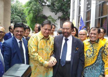 Ketua Umum (Ketum) Partai NasDem Surya Paloh (jas hitam) bercengkerama dengan Ketum Golkar Airlangga Hartarto. Foto: Medcom.id/Anggi Tondi Martaon